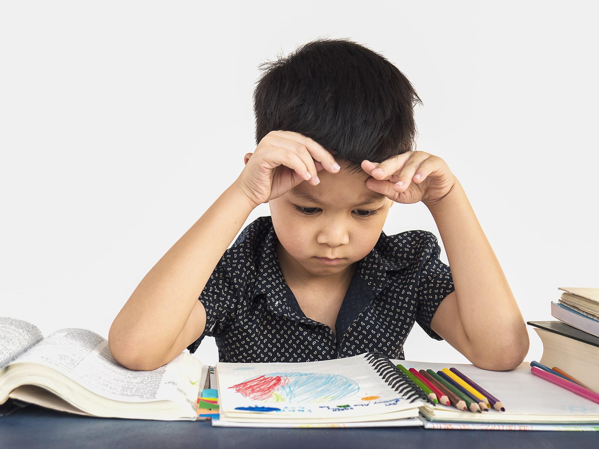 พ่อแม่ต้องรู้ วิธีการแก้ปัญหาเด็กไม่ยอมทำการบ้าน